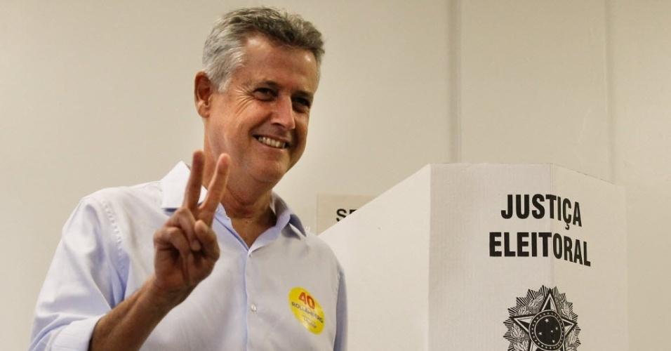 26.out.2014 - O candidato do PSB ao governo do Distrito Federal, Rodrigo Rollemberg, votou neste domingo em uma escola na Asa Sul, em Brasília. Rollemberg lidera as pesquisas com 55% das intenção de votos, na frente do seu adversário Jofran Frejat (PR) com 45%, segundo pesquisa do Datafolha