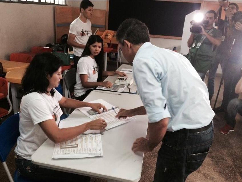 26.out.2014 - O candidato do PSDB ao governo de Rondônia, Expedito Júnior, votou neste domingo (26). Os candidatos Confúcio Moura (PMDB) e Expedito aparecem tecnicamente empatados na primeira pesquisa Ibope com intenções de voto para o segundo turno no governo de Rondônia, divulgada na noite desta sexta-feira (17). Enquanto Mouro têm 51% dos votos válidos, Expedito Júnior aparece com 49%
