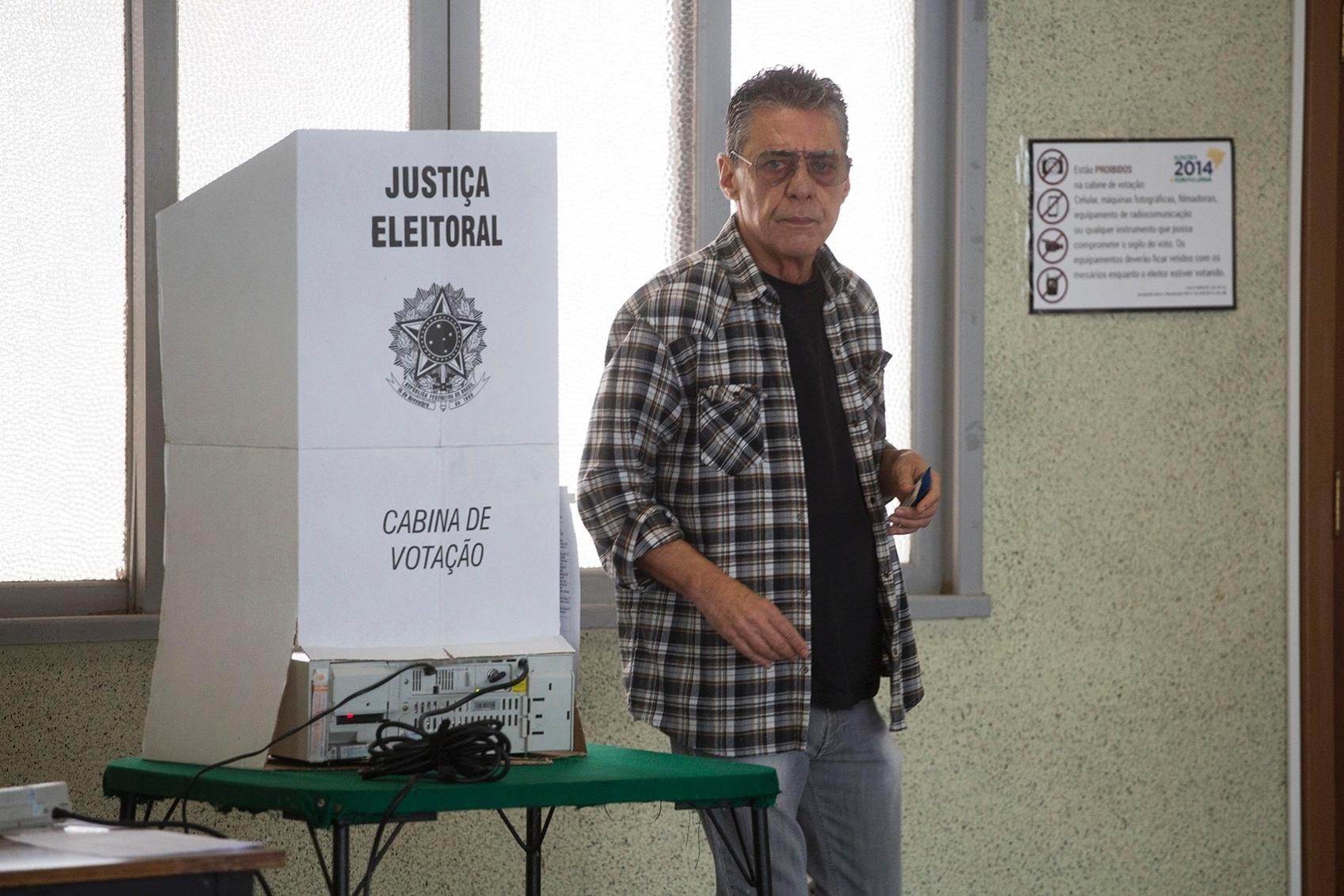 26.out.2014 - O cantor e compositor Chico Buarque votou neste domingo (26) no colégio Bahiense, na Gávea, zona sul do Rio de Janeiro. Durante a campanha eleitoral, Chico declarou apoio à candidata à Presidência da República Dilma Rousseff (PT)