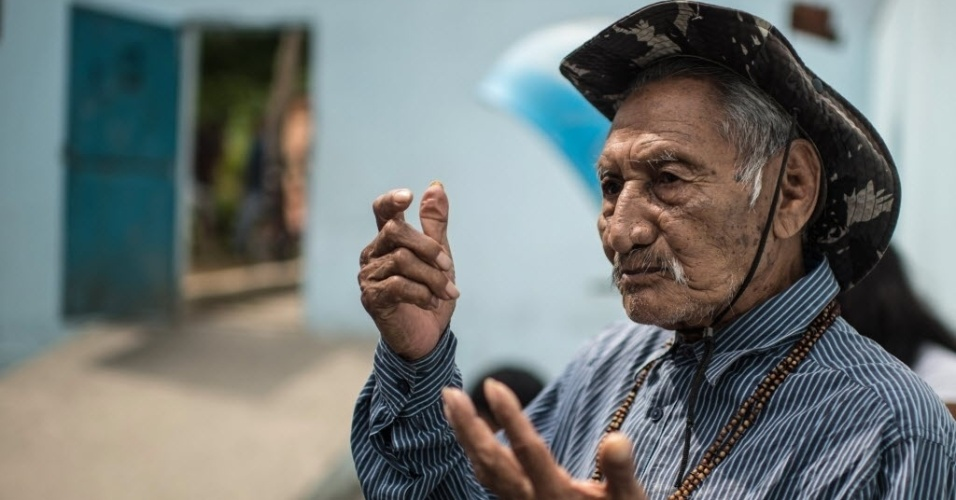 26.out.2014 - O ex-chefe da aldeia Guarani de Bracuí, João Da Silva Vela Mirim, 102, conversa com a imprensa após votar em um posto em Minas Gerais, neste domingo (26)