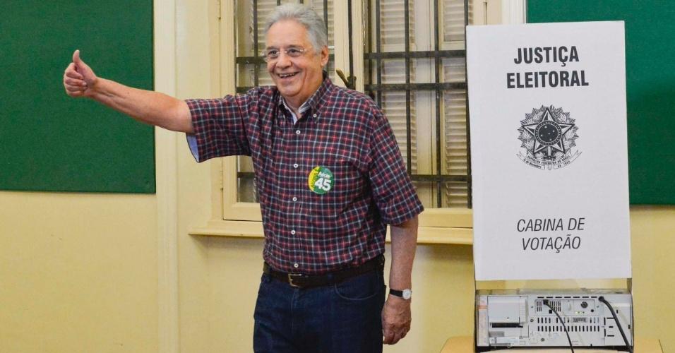 26.out.2014 - O ex-presidente Fernando Henrique Cardoso votou na manhã deste domingo (26) no colégio Sion, em Higienópolis, em São Paulo. Cardoso chamou atenção para a divisão política que está marcada nas eleições.