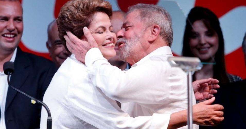 26.out.2014 - O ex-presidente Luiz Inácio Lula da Silva (PT) beija a presidente reeleita Dilma Rousseff (PT) durante evento em comemoração da vitória da candidata no segundo turno das eleições, em Brasília, neste domingo (26)