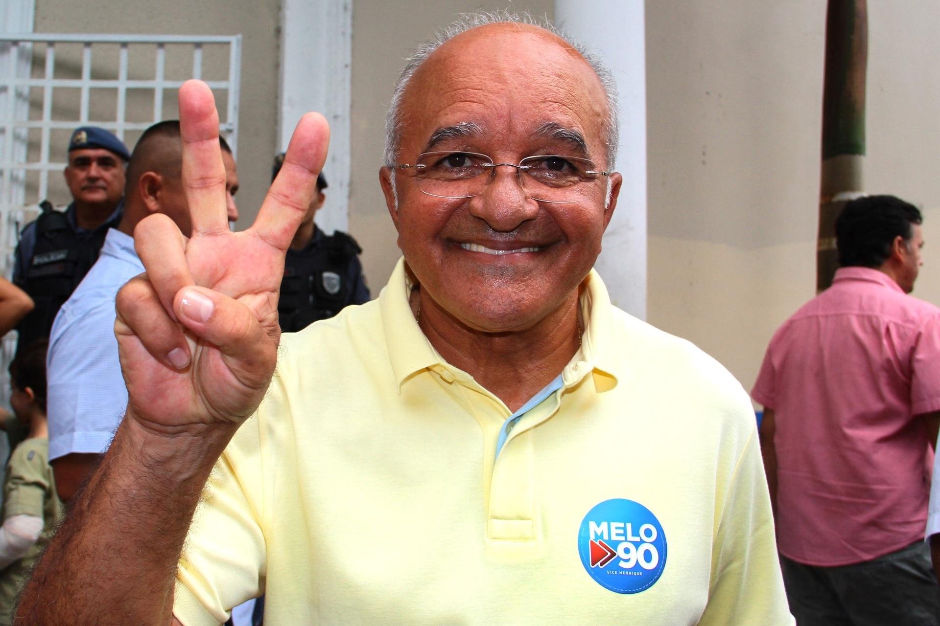 26.out.2014 - O governador do Amazonas e candidato à reeleição, José Melo (PROS) votou no Colégio Ângelo Ramazotti, em Manaus, na manhã deste domingo (26). Segundo a pesquisa Ibope ele está empatado com o candidato do PMDB, Eduardo Braga, nas pesquisas de intenção de voto, ambos com 50%