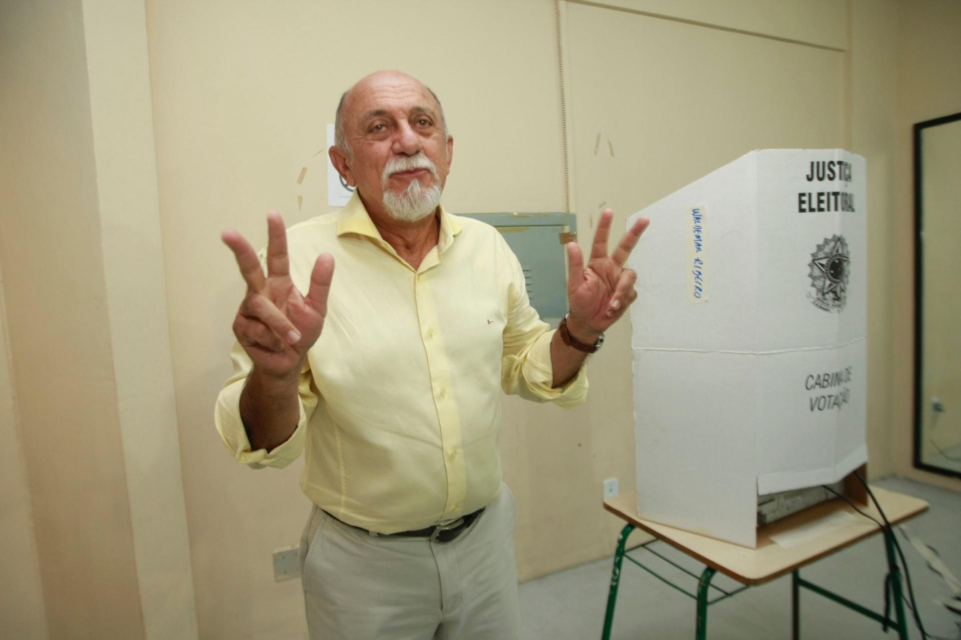 26.out.2014 - O governador do Pará e candidato a reeleição pelo PSDB, Simão Jatene, votou na manhã deste domingo (26) no bairro do Umarizal, em Belém. Jatene está empatado nas intenções de voto com o candidato do PMDB, Helder Barbalho, segundo a pesquisa Ibope