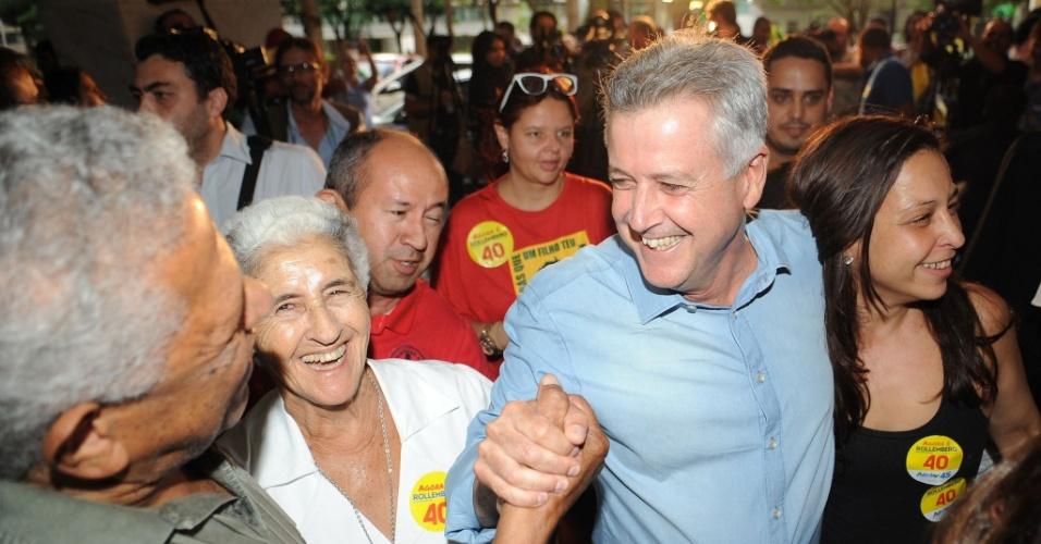 26.out.2014 - O governador eleito do DF, Rodrigo Rollemberg (PSB), é cumprimentado por eleitores durante ato em comemoração da vitória no segundo turno das eleições, em Brasília, nesta domingo. Ele foi eleito com 55,56% dos votos válidos
