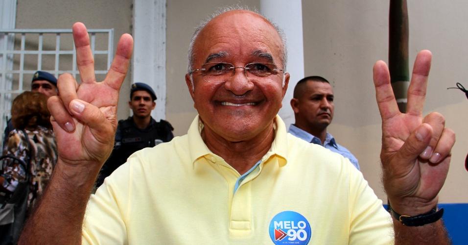 26.out.2014 - O governador José Melo (Pros), 68, foi reeleito no Amazonas no segundo turno neste domingo após virar a disputa com o senador Eduardo Braga (PMDB). O resultado encerrou a eleição estadual mais disputada no país em 2014. No primeiro turno, Braga havia sido o mais votado, com 43,16% dos votos, enquanto Melo obteve 43,04% - uma diferença de apenas 0,12 pontos percentuais, ou 1.907 votos
