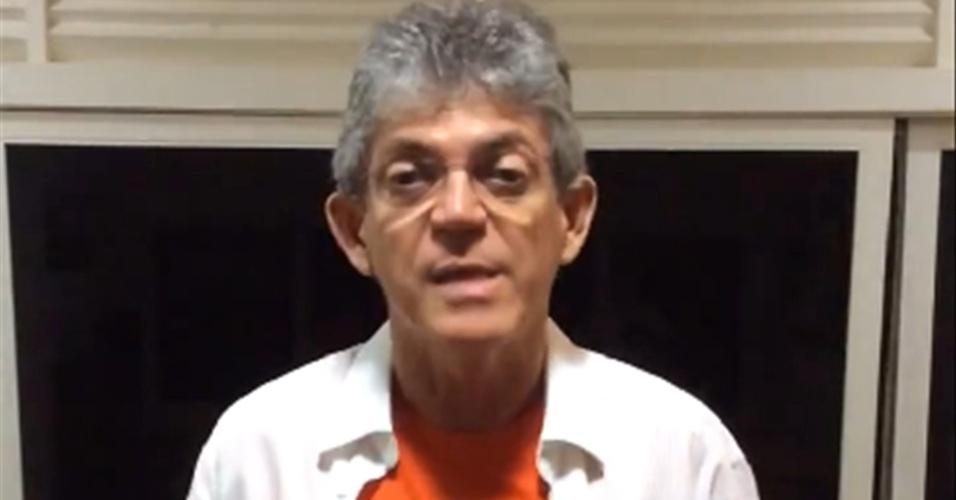 26.out.2014 - O governador reeleito da Paraíba, Ricardo Coutinho (PSB), divulgou vídeo na sua conta no Facebook comentando sobre o resultado do segundo turno das eleições. Ele teve 52,6% dos votos válidos contra 47,4% de Cassio Cunha Lima (PSDB)