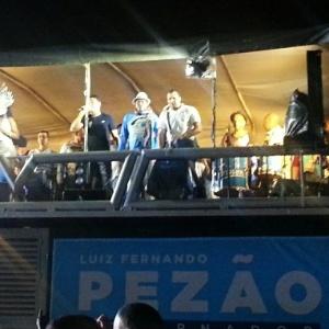 Membros da escola de samba Portela se apresentam no evento, ao lado de cantores de funk