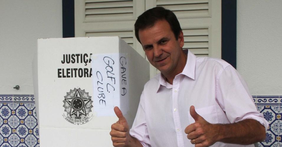 26.out.2014 - O prefeito do Rio de Janeiro, Eduardo Paes, vota no Gávea Country Club, em São Contado, no Rio de Janeiro, na manhã deste domingo (26)