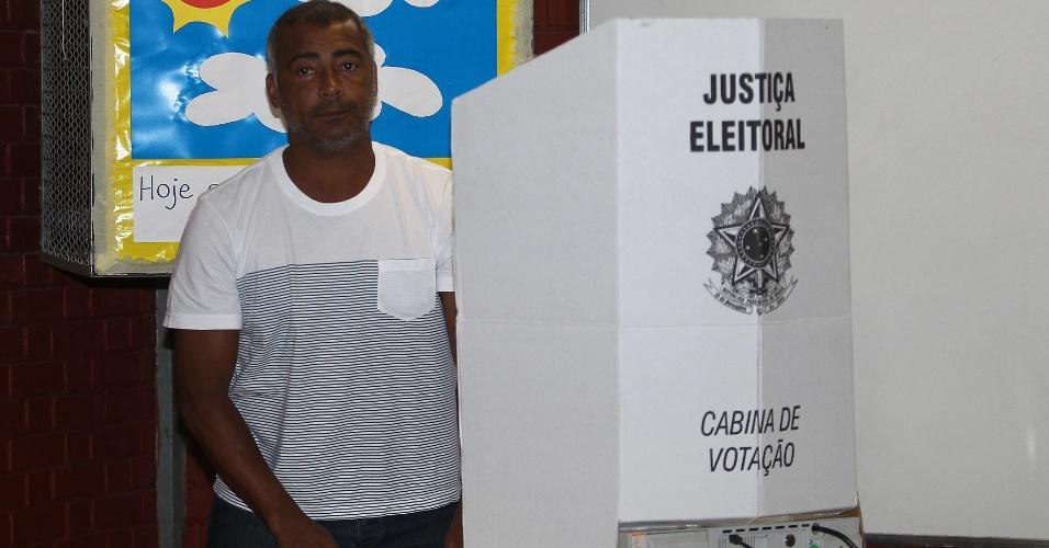 26.out.2014 - O senador eleito Romário (PSB-RJ) votou no colégio municipal Joseph Bloch, em Duque de Caxias, na Baixada Fluminense, neste domingo (26). Durante a campanha eleitoral, Romário declarou apoio ao candidato à Presidência da República Aécio Neves (PSDB)