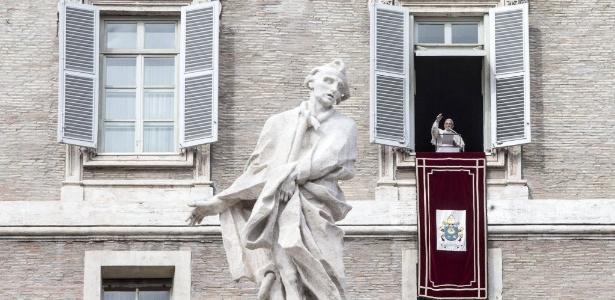 Papa Francisco acena para fiéis na Praça de São Pedro, no Vaticano