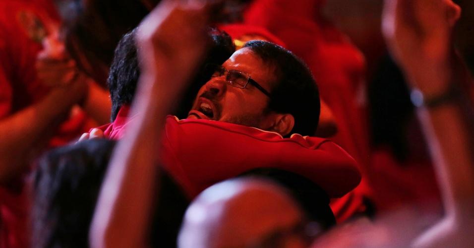 26.out.2014 - Partidários da presidente reeleita Dilma Rousseff (PT) choram e se abraçam após saberem o resultado do segundo turno das eleições presidenciais, em Brasília, neste domingo