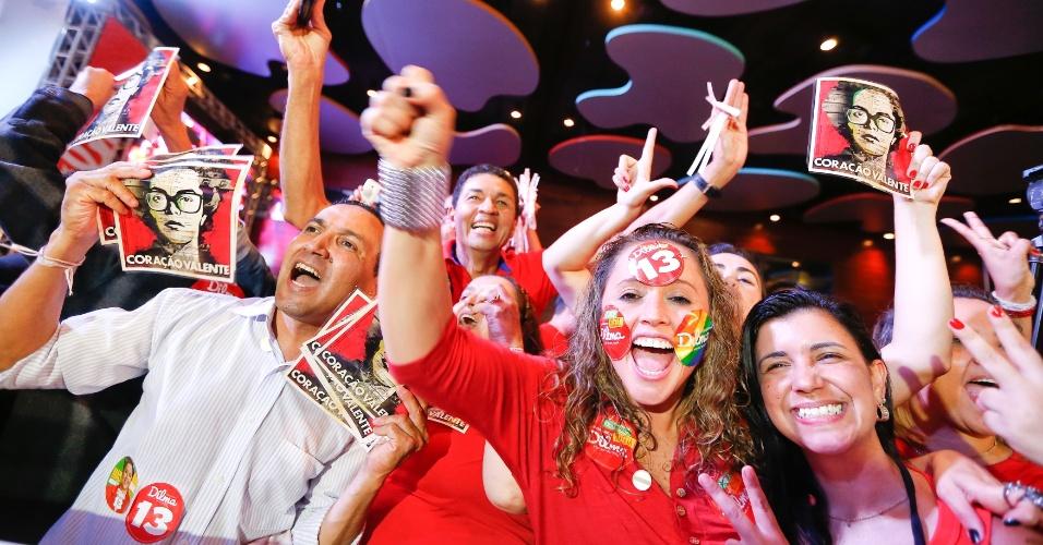 26.out.2014 - Partidários da presidente reeleita Dilma Rousseff (PT) comemoram o resultado do segundo turno das eleições presidenciais, em Brasília, neste domingo (26)