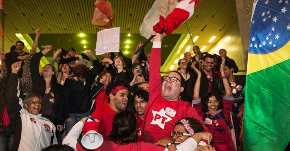 26.out.2014 - Partidários da presidente reeleita Dilma Rousseff (PT) comemoram o resultado do segundo turno das eleições presidenciais, na avenida Paulista, em frente ao prédio da Gazeta, na região central de São Paulo, neste domingo (26)