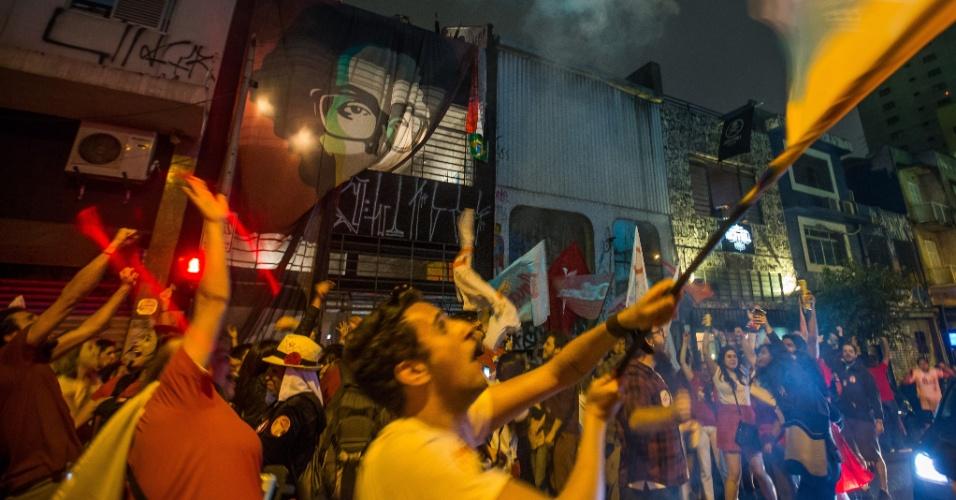 26.out.2014 - Partidários da presidente reeleita Dilma Rousseff (PT) comemoram o resultado do segundo turno das eleições presidenciais, rua Augusta, na região central de São Paulo, neste domingo (26)