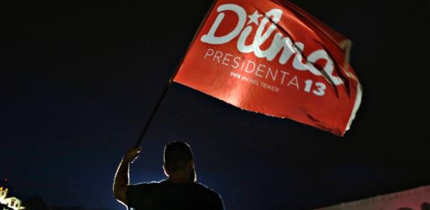 Partidário da presidente reeleita Dilma Rousseff (PT) segura uma bandeira antes de saber o resultados das eleições presidenciais, no Rio de Janeiro, em 26 de outubro de 2014