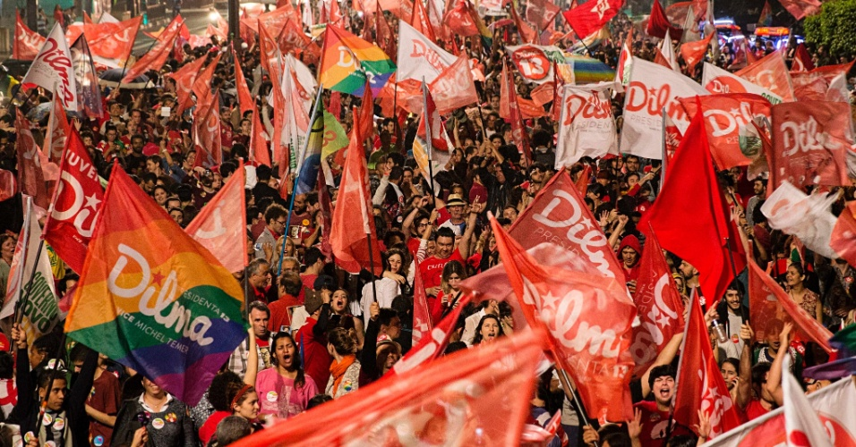 26.out.2014 - Partidários da presidente reeleita Dilma Rousseff (PT) comemoram o resultado do segundo turno das eleições presidenciais, na avenida Paulista, na região central de São Paulo, neste domingo (26)