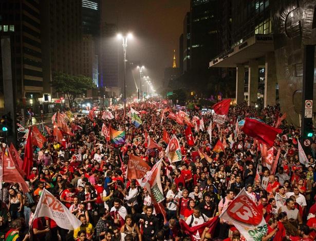 Simpatizantes do PT durante comemoração pela vitória da presidente Dilma Rousseff (PT)