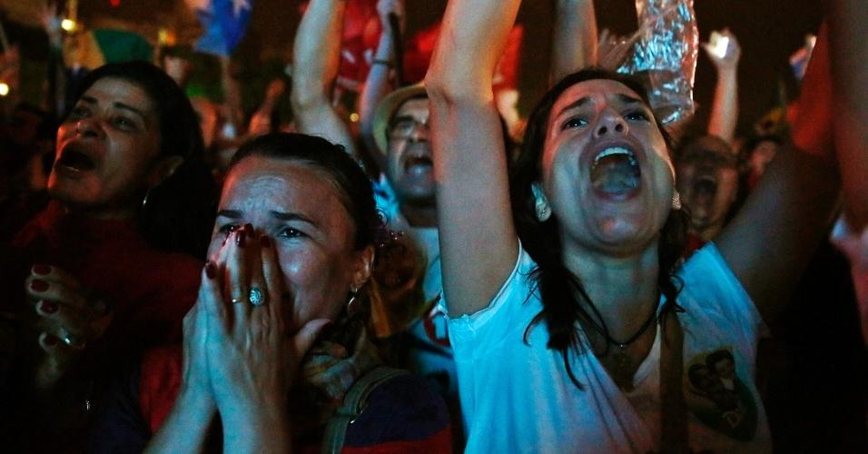 26.out.2014 - Partidários da presidente reeleita Dilma Rousseff (PT) comemoram vitória no segundo turno das eleições presidenciais, neste domingo (26), no Rio de Janeiro
