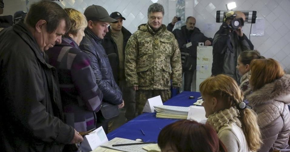 26.out.2014 - Presidente da Ucrânia, Petro Poroshenko, foi as urnas em eleição para o Parlamento neste domingo (26), em Kramatorsk. Segundo os prognósticos, a eleição deverá eleger um Parlamento pró-Ocidente, e com isso reforçar a posição do presidente para tentar dar um fim ao conflito separatista no leste do país. O resultado, no entanto, pode deteriorar ainda mais as relações entre Ucrânia e Rússia