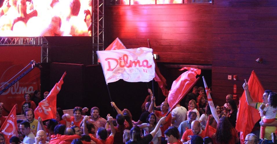 26.out.2014 - Simpatizantes e militantes do PT aguardam a chegada da presidente Dilma Rousseff, que fará um pronunciamento após a divulgação do resultado das eleições 2014, no hotel Royal Tulip, em Brasília, neste domingo (26)