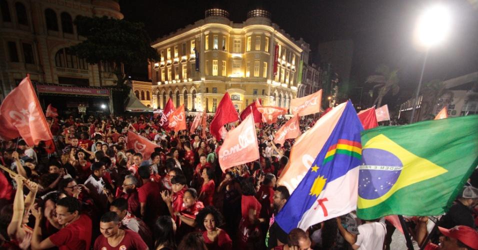 26.out.2014 - Simpatizantes e militantes PT comemoram a reeleição da presidente Dilma Rousseff no marco zero, no Recife, neste domingo (26)