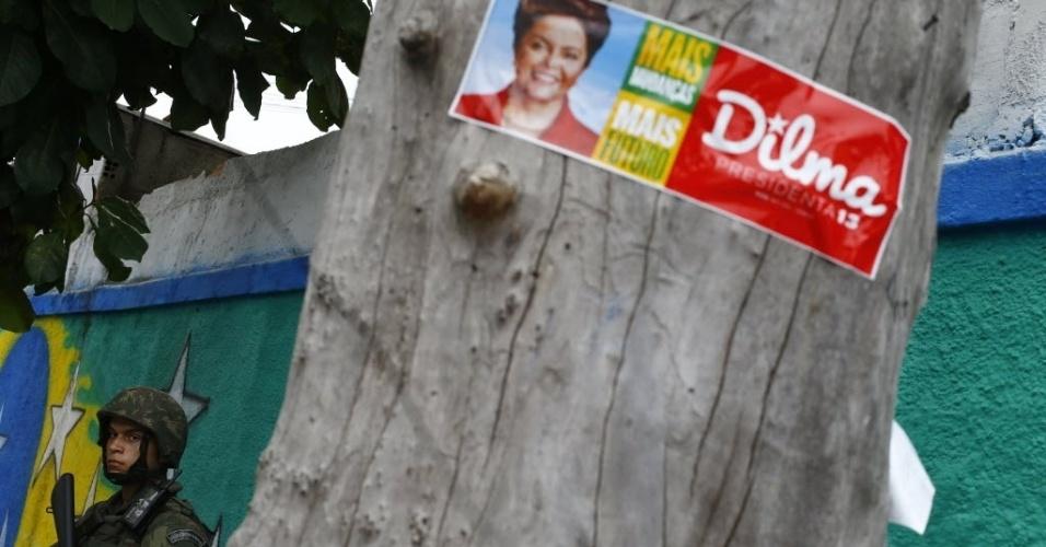 26.out.2014 - Soldado patrulha a favela da Maré, no Ro de Janeiro, durante o domingo de eleição ao segundo turno da disputa à Presidência