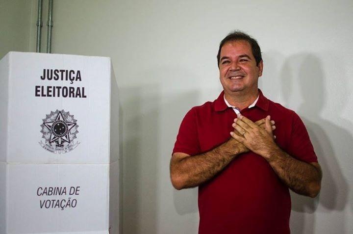 26.out.2014 - Tião Viana (PT), governador do Acre e candidato à reeleição, vota na Universidade Federal do Acre, em Rio Branco, por volta das 11h30, e posta foto em seu perfil no Facebook. Em pesquisa Ibope divulgada no dia 25, o candidato aparece com 55% dos votos. Márcio Bittar, do PSDB, tem 45%