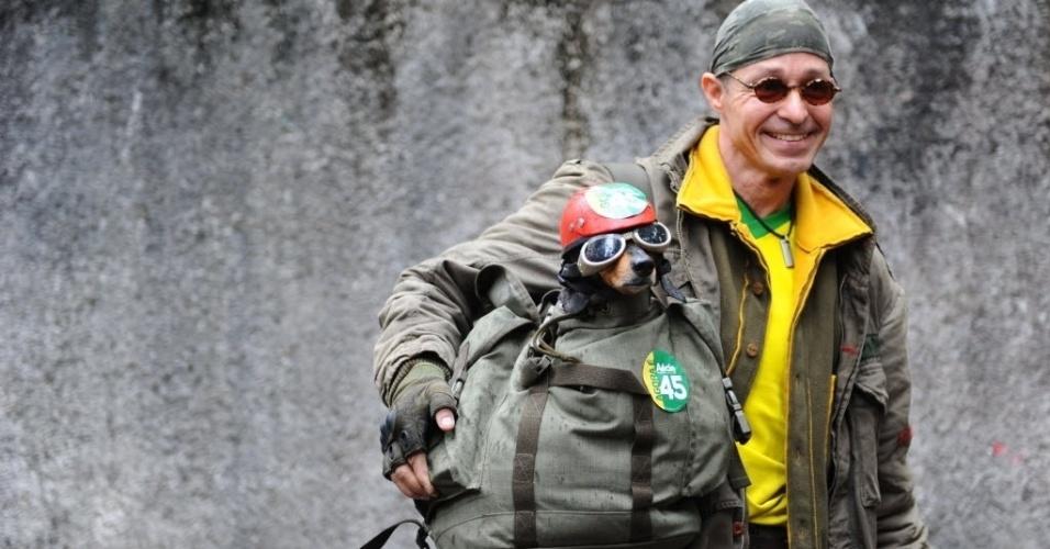 26.out,2914 - Homem leva cachorro vestido de motoqueiro, em uma mochila, para votar em Belo Horizonte, neste domingo