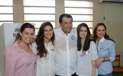 Candidato Eduardo Braga (PMDB) vota em Manaus acompanhado da família