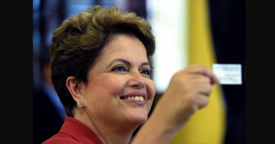 26.out.2014 - Após uma campanha de intensa polarização no segundo turno, a presidente Dilma Rousseff (PT) foi reeleita e impediu a virada do senador mineiro Aécio Neves, candidato do PSDB - nunca um candidato que ficou em segundo lugar no primeiro turno foi eleito presidente do Brasil. Com a vitória, o Partido dos Trabalhadores vai para o quarto mandato seguido e deverá completar 16 anos à frente do governo federal
