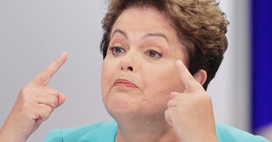 16.out.2014 - A presidente Dilma Rousseff, candidata à reeleição pelo PT, participa de debate do segundo turno das eleições, promovido pelo UOL, SBT e Jovem Pan, nesta quinta-feira, nos estúdios do SBT, em São Paulo. O debate teve alto nível de agressividade entre Dilma e o candidato à Presidência pelo PSDB, Aécio Neves, do começo ao fim