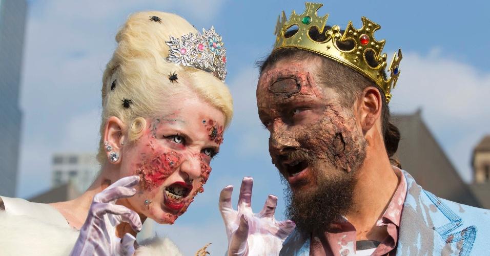 25.out.2014 - Casal fantasiado de realeza zumbi participa da Zombie Walk Toronto 2014, em Toronto, no Canadá. Mais de 10 mil pessoas desfilaram pelas ruas da cidade canadense para celebrar o Halloween