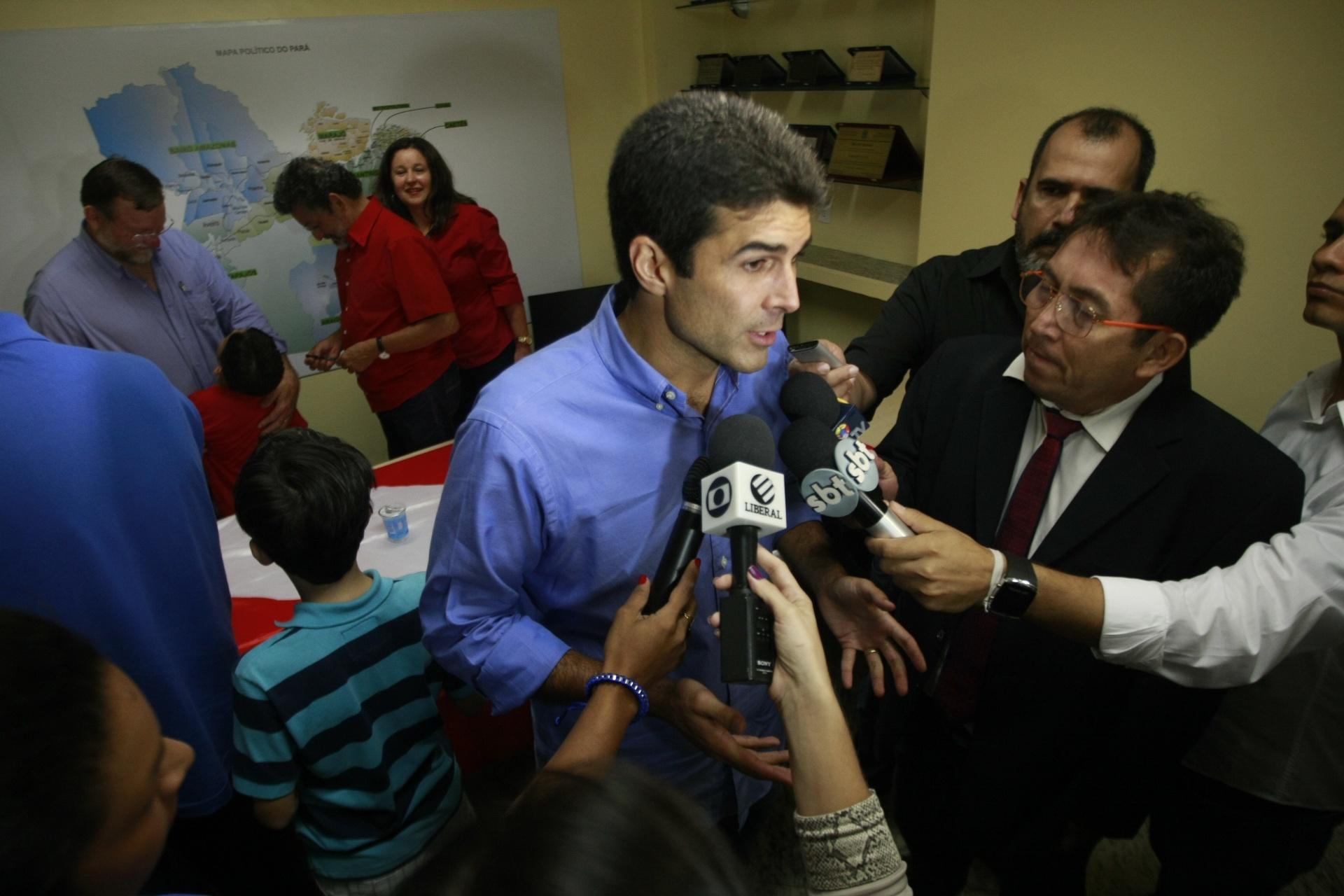 26.out.2014 - Candidato derrotado ao governo do Pará, Helder Barbalho (PMDB) concede entrevista após o resultado das eleições neste domingo. O governador Simão Jatene (PSDB) foi reeleito