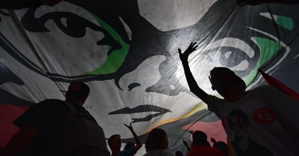 26.out.2014 - Centenas de apoiadores celebram a reeleição da presidente Dilma Rousseff (PT), durante ato na avenida Paulista, na região central de São Paulo, neste domingo (26)