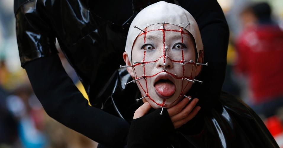 26.out.2014 - Jovem fantasiado posa para foto antes de desfile de Halloween em Kawasaki, um subúrbio de Tóquio, no Japão. Mais de 100 mil pessoas assistiram ao desfile de pessoas fantasiadas e mais de 2.500 participaram dele