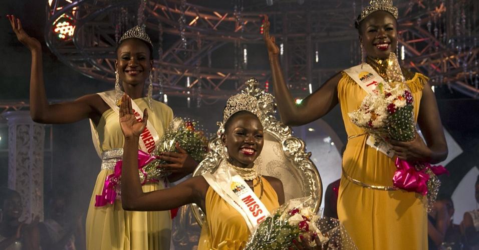26.out.2014 - Leah Kalanguka (centro) recém-eleita Miss Uganda 2014, posa para foto com a segunda colocada, Brenda Iriama (à esq.), e a terceira colocada, Yasmin Taban (à dir.) em Kampala. Ex-fazendeira de cogumelos e aves, Kalanguka foi coroada após o concurso anual passar por uma reformulação e agora ter como objetivo promover a agricultura na nação africana