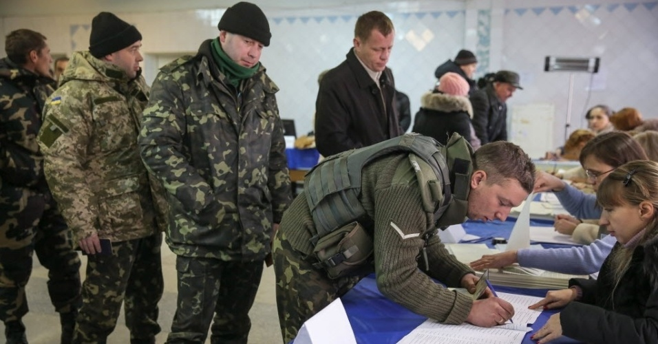 26.out.2014 - Militantes ucranianos votaram em um dos postos eleitorais durante as eleições parlamentares em Kramatorsk, na Ucrânia, neste domingo (26). Apesar do boicote dos separatistas pró-Rússia, a CEC (Comissão Eleitoral Central da Ucrânia ) declarou as eleições legislativas válidas.