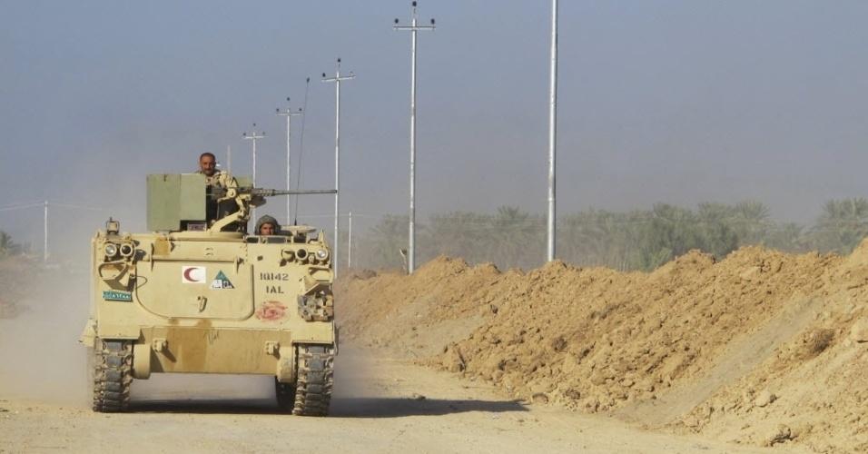 26.out.2014 - Militares iraquianos em veículo blindado participam de uma implantação de segurança intensiva contra militantes do grupo Estado Islâmico (EI) em Jurf al-Sakhar, ao sul de Bagdá, neste domingo (26). Um agressor suicida matou ao menos 27 combatentes xiitas nos arredores da cidade iraquiana de Jurf al-Sakhar nesta segunda-feira (27), após as forças de segurança terem expulsado militantes do EI da área no fim de semana, informaram fontes do Exército e da polícia