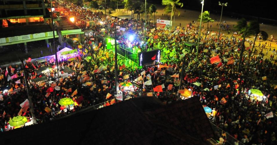 26.out.2014 - Multidão lota orla de praia em João Pessoa (PB) para comemorar a vitória do candidato à reeleição Ricardo Coutinho (PSB) no segundo turno das eleições, na noite deste domingo (26)