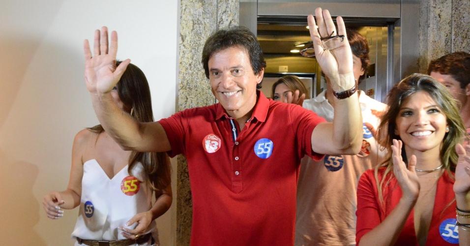 26.out.2014 - O candidato eleito do Rio Grande do Norte, Robinson Faria (PSD), chega a local de entrevista logo após apuração de votos que lhe garantem a vitória, em Natal (RN), neste domingo (26)