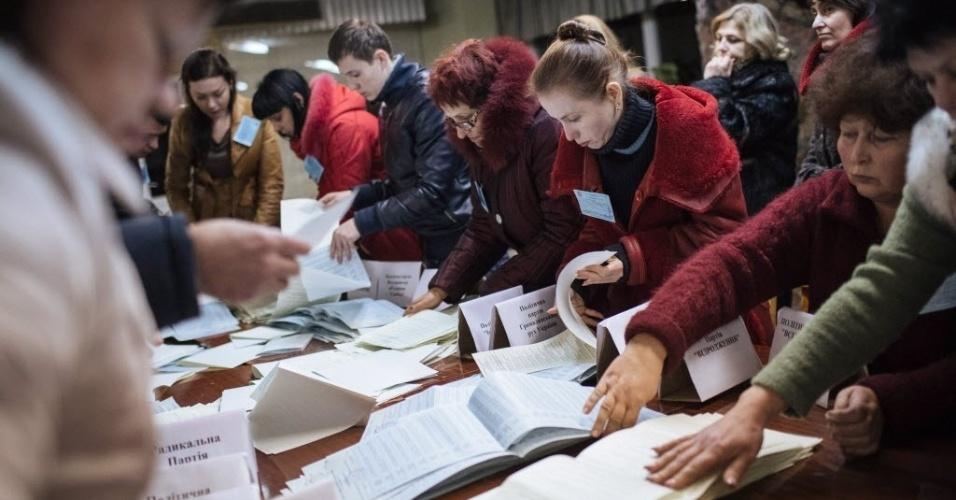 26.out.2014 - Os responsáveis por uma comissão eleitoral esvaziaram as urnas em um posto de votação em Kiev, neste domingo (26). Os partidos pró-Ocidente conquistaram a maioria dos assentos do Parlamento ucraniano nas eleições, segundo pesquisas de boca de urna realizadas por três institutos diferentes. Nas projeções, os apoiadores do presidente Petro Poroshenko e outros quatro movimentos pró-Europa obtiveram cerca de 70% dos votos