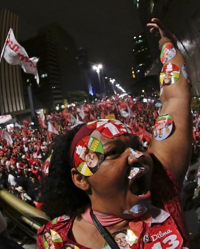 26.out.2014 - Partidários celebram a reeleição da presidente Dilma Rousseff (PT), durante ato na avenida Paulista, na região central de São Paulo, neste domingo (26)