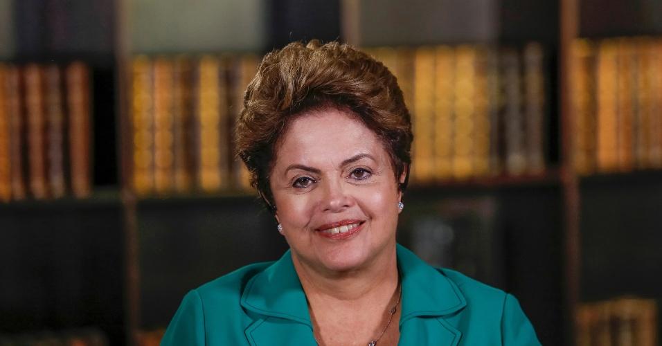 27.out.2014 - Reeleita presidente nas eleições deste domingo (26), Dilma Rousseff (PT) concede entrevista ao Jornal Nacional, da TV Globo, nesta segunda-feira (27). Horas antes, ela havia sido entrevistada pelo Jornal da Record. Em ambos os encontros, Dilma reafirmou sua disposição para o diálogo.