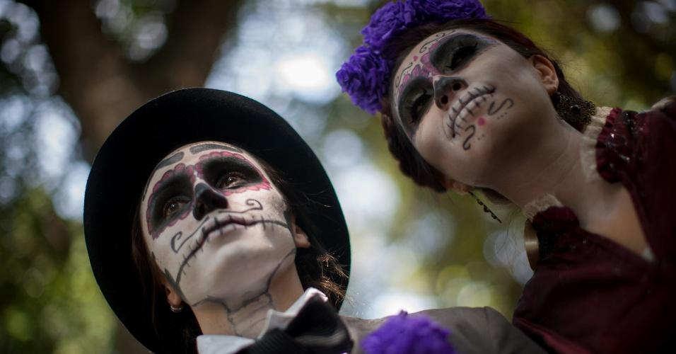 """27.out.2014 - Atores posam caracterizados como o personagem conhecido como """"La Catrina"""" nesta segunda-feira (27) na Cidade do México. As apresentações marcam as comemorações pelo Dia dos Mortos, no próximo dia 2 de novembro"""