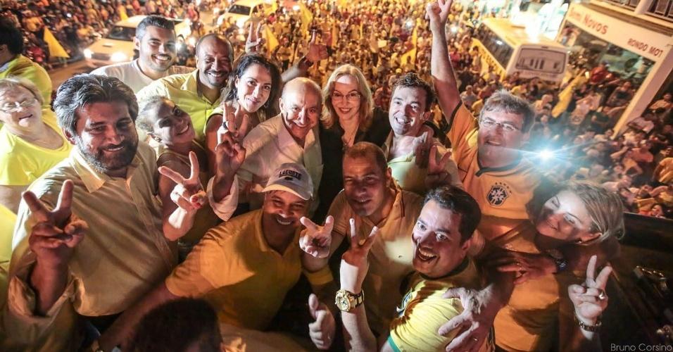 27.out.2014 - Confúcio Moura (PMDB, no centro, de camisa branca), reeleito governador de Rondônia, comemora com aliados em Ariquemes, no interior do Estado