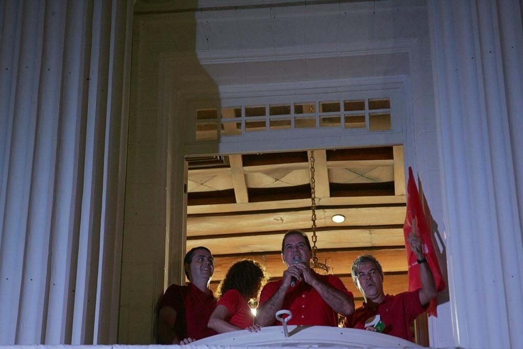 27.out.2014 - O candidato ao governo do Acre, Tião Viana (PT), comemorou sua vitória no palácio Plácido de Castro em Rio Branco (AC) neste domingo (26). O Acre teve a disputa mais apertada do país para o cargo de governador no segundo turno das eleições. O petista Tião foi reeleito com 51,28% dos votos, contra 48,71% de Márcio Bittar (PSDB). Numericamente, a diferença entre os dois foi de apenas 9.851 votos