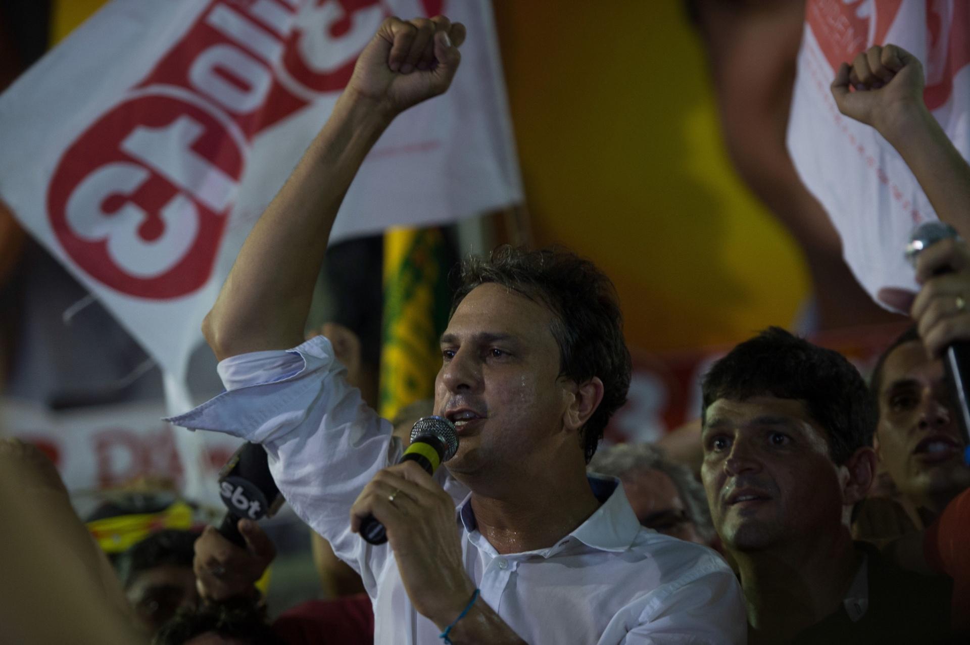 27.out.2014 - O deputado estadual Camilo Santana (PT), 46, comemorou nas ruas por ter derrotado o senador Eunício Oliveira (PMDB), 62, e ter sido eleito neste domingo (26) o novo governador do Ceará. Com 100% das urnas apuradas, Camilo obteve 53,35% dos votos válidos contra 46,65% de Eunício. No primeiro turno, Camilo havia ficado na frente, com 47,81% dos votos válidos, contra 46,41% do peemedebista
