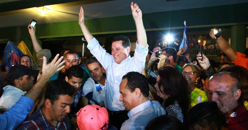 27.out.2014 - O governador de Goiás, Marconi Perillo (PSDB) (ao centro), 51, comemorou sua reeleição neste domingo (26). Perillo vai permanecer no comando do Palácio das Esmeraldas pela quarta vez. Ele já governou o Estado de 1999 a 2002, de 2003 a 2006 e voltou ao governo em 2011, seu atual mandato. O tucano confirmou o favoritismo das pesquisas eleitorais e venceu o veterano Iris Rezende (PMDB) no segundo turno. Perillo já havia terminado na frente na disputa no primeiro turno