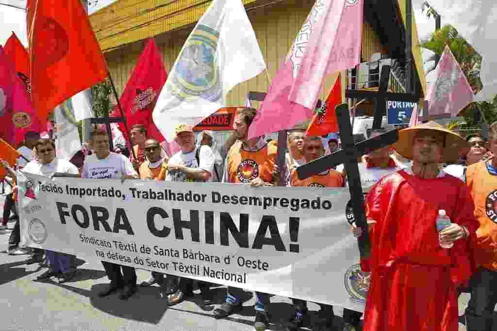 27.out.2014 cemitério de empregos protesto indústria têxtil - Reinaldo Canato/UOL